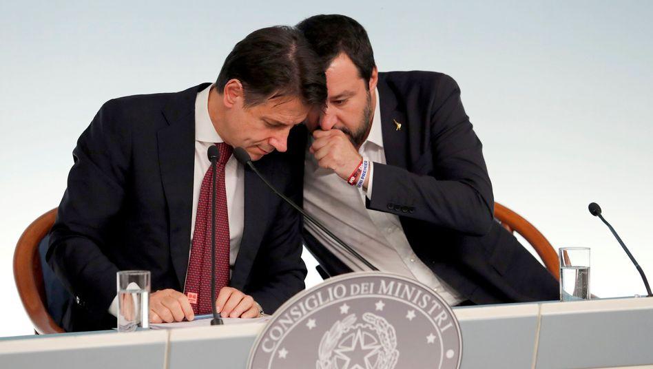 Italiens Premier Conte, Innenminister Salvini (rechts): Beruhigende Töne Richtung EU - doch der Budgetentwurf des hoch verschuldeten Landes bleibt alarmierend