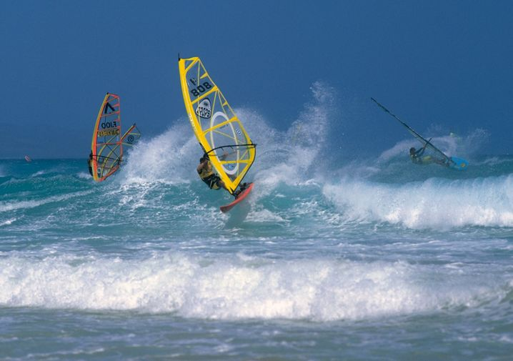 Paradies für Windsurfer: Fuerteventura lockt mit starkem Wind und hohen Wellen die Wassersportler.