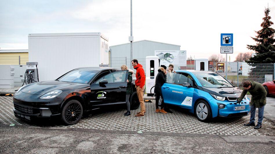 Elektroauto BMW i3 und Porsche Plugin-Hybrid an einer Schnellladesäule