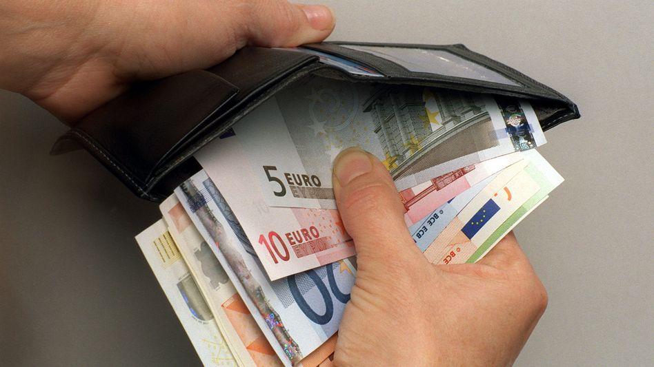 """Geldbörse: Die Abschaffung des Bargelds wäre """"ein gutes Thema für die Agenda des G-7-Gipfels in Elmau"""", meint der Wirtschaftsweise Bofinger. Der US-Ökonom Kenneth Rogoff rät, im ersten Schritt auf die """"großen Scheine"""" zu verzichten"""