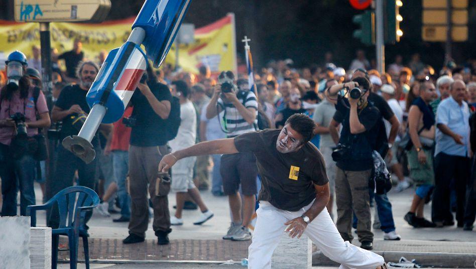 Proteste in Thessaloniki (im September): Steigt das Land aus dem Euro aus, dürfte es zu Massenentlassungen und sozialen Unruhen kommen. Die Folge einer Rückkehr zur Drachme wäre kaum mehr Wettbewerbsfähigkeit, sondern zunächst Hyperinflation