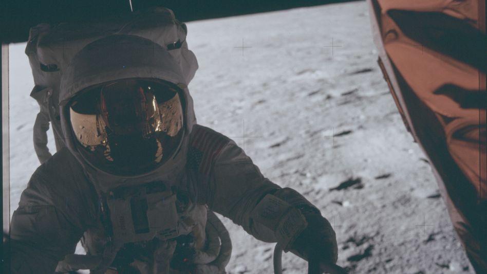Moonshotsnennen Amerikaner die wirklich ambitionierten Ideen. Vor 50 Jahren fand die Mondlandung statt. Wir zeigen Bilder der Missionen Apollo 11 und 12.
