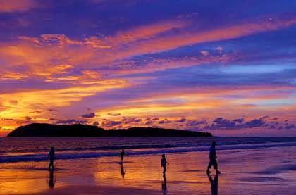 Friedliches Land: Manschen am Strand der malaiischen Insel Langkawi