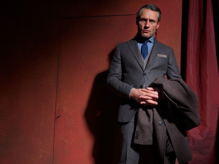 Bei Anzügen geht eigentlich jede Farbe, solange sie grau, anthrazit oder schiefer ist. Ein solcher Anzug ist auf jeden Fall ein Alleskönner. Hier ein Modell aus Schurwolle und Kaschmir von Barutti (Anzug ca. 400 Euro, Mantel ca. 380 Euro, Hemd ca. 80 Euro, Krawatte ca. 40 Euro).