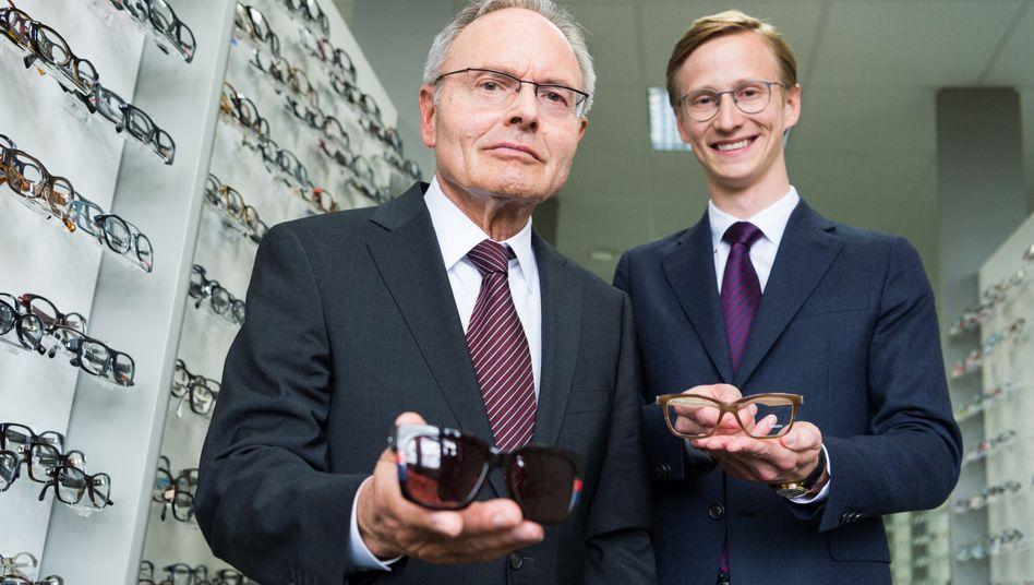 Günther (l.) und Marc Fielmann: Im Laufe des Geschäftsjahres soll der Sohn die Führung komplett übernehmen.