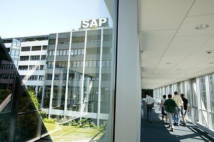Weitverzweigtes Gebäude-Ensemble: Lange Flure verbinden die Baueinheiten der SAP-Zentrale im badischen Walldorf nahe Heidelberg. Der Haupteingang befindet sich in der Neurottstraße.