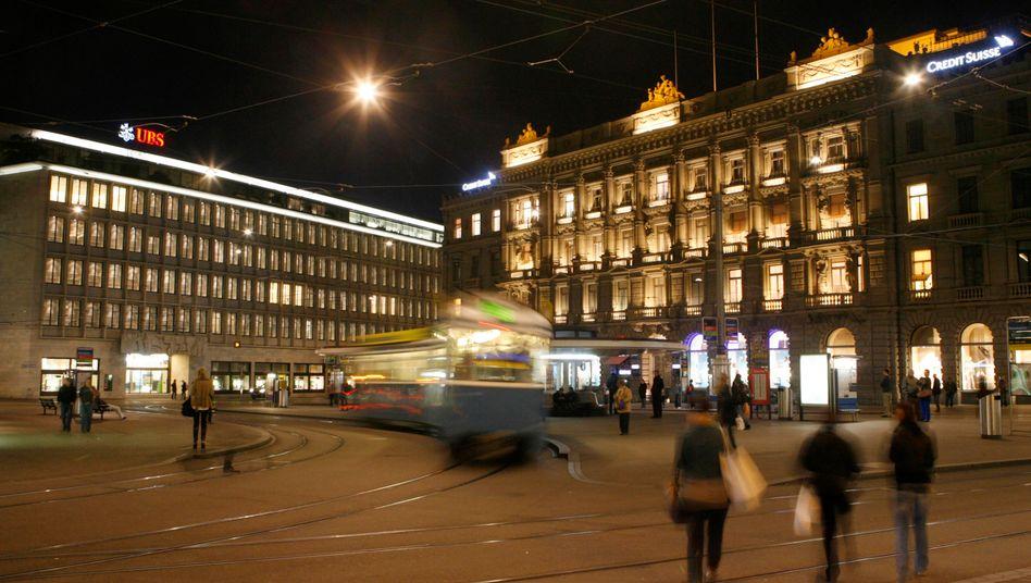 Finanzplatz Zürich: Gebäude der UBS (links) und der Credit Suisse in der schweizerischen Großstadt.