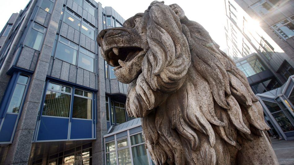 Kampfbereit: Steinerner Löwe vor der Zentrale der BayernLB in München. Das Geldhaus liegt im Streit mit rund 300 Beschäftigten