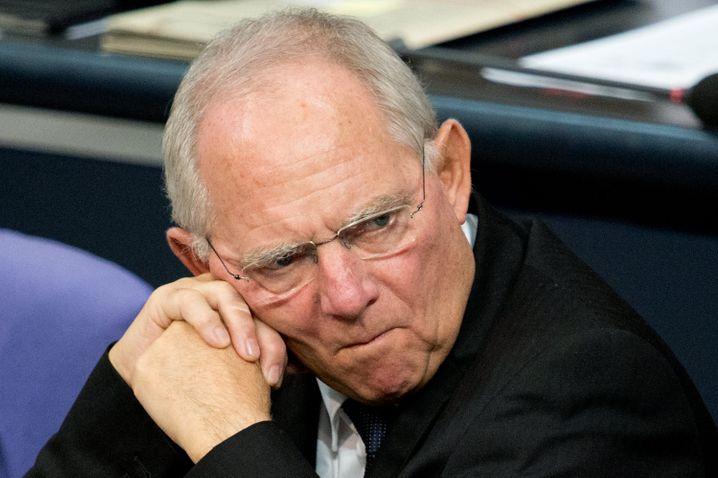 Wolfgang Schäuble (CDU, 71 Jahre) hat schon viele Ämter bekleidet. Er bleibt, was er ist: Bundesfinanzminister. Die Aufgabe übte er in den vergangenen Jahren - nicht zuletzt wegen ihrer europäischen Dimension - mit Leidenschaft aus. Die Kanzlerin setzt offenbar weiterhin auf die Erfahrung des gebürtigen Freiburgers und den Respekt, den der Jurist auch international genießt