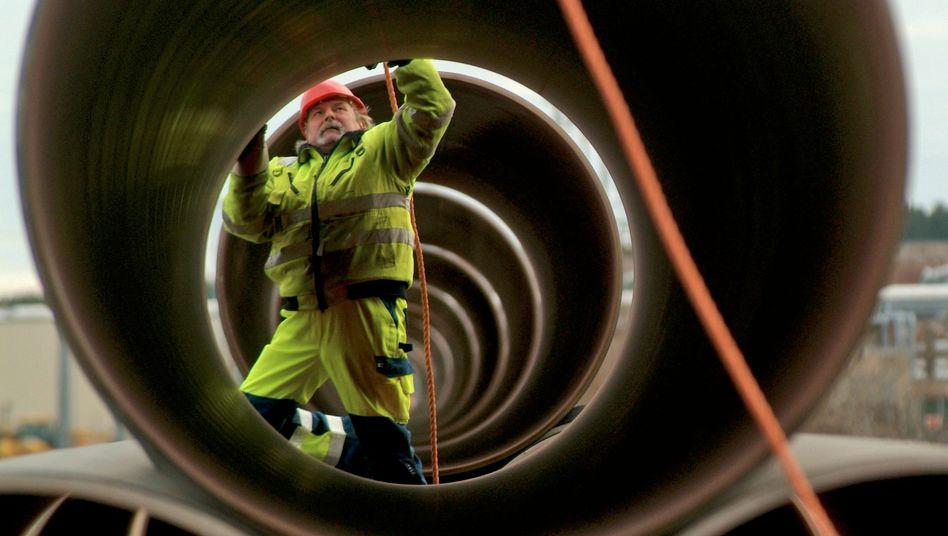 Gasleitung Opal: Die ersten Rohre wurden im Februar 2008 auf dem Gelände des stillgelegten Kernkraftwerkes Lubmin bei Greifswald verladen. Opal steht für Ostsee-Pipeline-Anbindungs-Leitung (OPAL). Sie verbindet die Nord-Stream-Gasleitung von Russland mit dem europaeischen Hinterland.