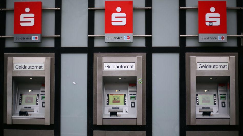 Geldautomat: Rund 40 Sparkassen und 150 Volksbanken von einem Teil ihrer Kunden - je nach Kontomodell - Gebühren fürs Abheben von Bargeld