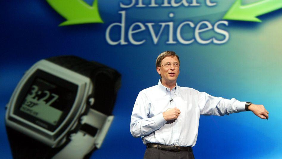 Bald wieder wie in alten Tagen? Bill Gates stellt vor rund zehn Jahren auf einer Computermesse eine Uhr mit Microsoft-Technologie vor. Da war er noch oberster Software-Architekt des Konzerns