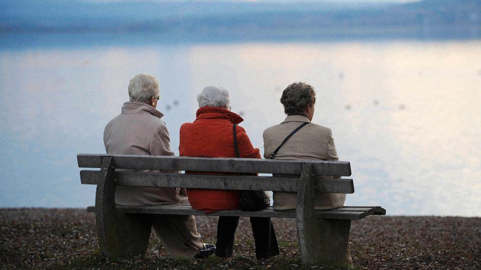 Rentner in Deutschland: Die Löhne dürften in den kommenden Jahren stärker steigen als die Renten: In der Folge wird das Rentenniveau sinken