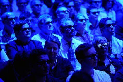 3D für die Masse: Besucher mit Spezialbrillen verfolgen in Berlin einen 3D-Trailer eines japanischen Elektronikkonzerns. Das 3D-Fernsehen ist ein Thema der Ifa. Experten schätzen aber, dass der Durchbruch der Technologie noch drei bis sieben Jahre auf sich warten lassen werde
