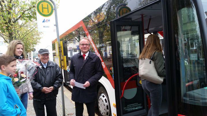 Bürgermeister Tabbert (r.), Fahrgäste