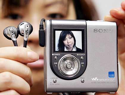 Rückkehr des Kultnamens: Sony verbindet den Markennamen Walkman mit neuen Produkten. Der Sony Hi-MD Walkman MZ-DH10P setzt auf MD-Medien und kommt mit einer eingebauten 1,3-Megapixel-Kamera