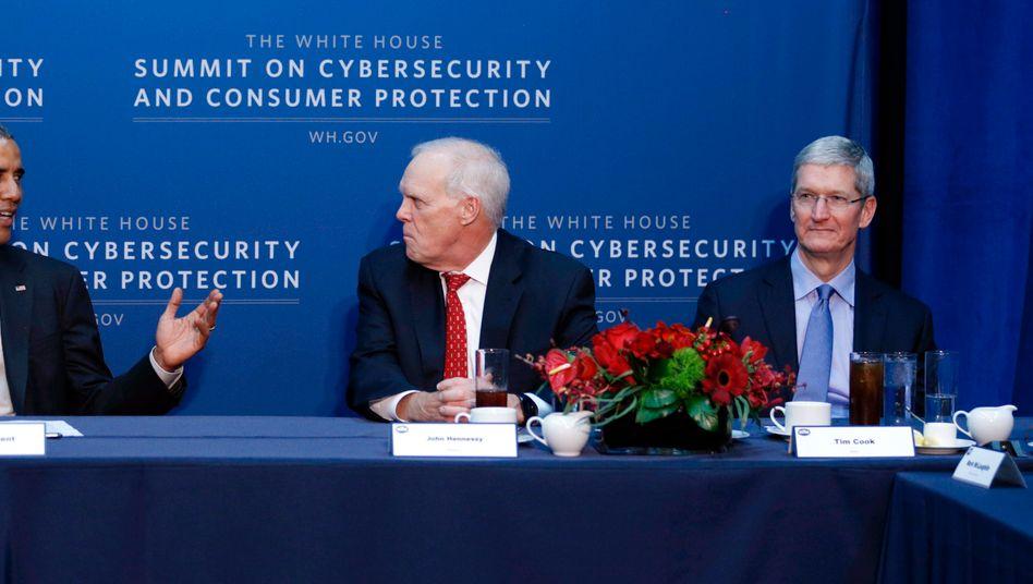 US-Präsident Obama mit Stanford-Präsident John Hennessy (Mitte) und Apple-Chef Tim Cook (rechts) bei einer Diskussion über Cyber-Sicherheit.