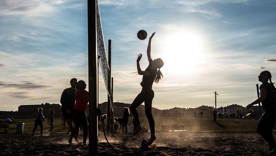 Beachvolleyballspieler in einem Park in Stockholm
