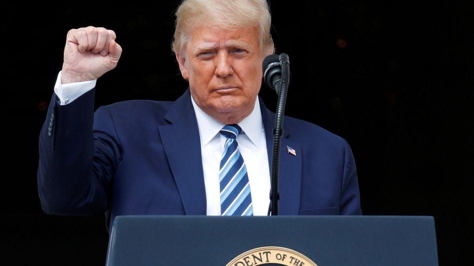 Donald Trump am 10. Oktober bei seinem ersten kurzen öffentlichen Auftritt vor Publikum im Weißen Haus nach der Entlassung aus dem Krankenhaus