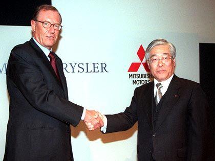Milliardengrab: Das lange Festhalten am defizitären japanischen Autobauer Mitsubishi Motors brachte dem DaimlerChrysler-Chef massive Kritik von Aktionären ein. Im Jahr 2000 verkündete Schrempp gemeinsam mit Mitsubishi-Chef Katsuhiko Kawasoe eine 34-Prozent-Beteiligung. 2004 entschloss sich der DaimlerChrysler-Chef zum Rückzug.