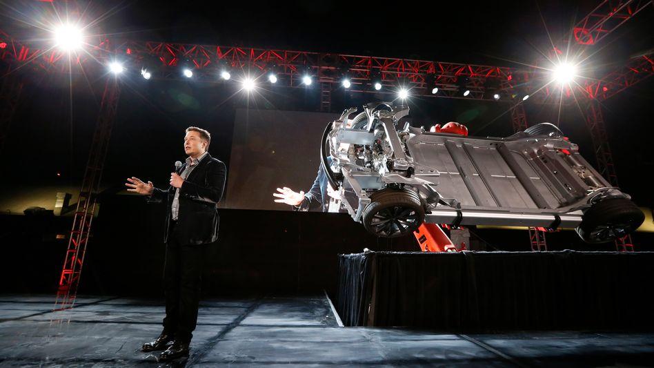 Tesla-Chef Elon Musk mit Auto-Bauteil (Archivaufnahme 2014)