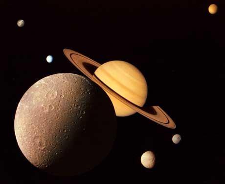 Saturn und seine Monde: Die Fotomontage entstand aus Voyager-Aufnahmen