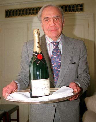 Der Butler Ivor Spencer beim Servieren einer Champagnerflasche. Spencer führt die gleichnamige Butlerschule im Süden Londons
