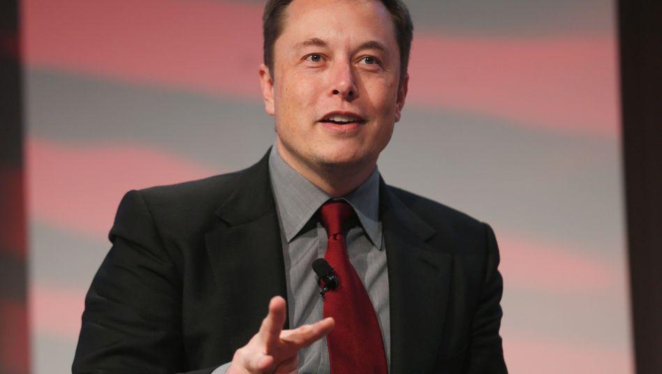 Will die weltweite Energienutzung mit seinen neuen Speichern revolutionieren: Elon Musk kündigt die Produktion von Batterien für den Hausgebrauch und kleine Unternehmen an. Die Zellen sollen zum Beispiel überschüssig produzierten Sonnenstrom aufnehmen können