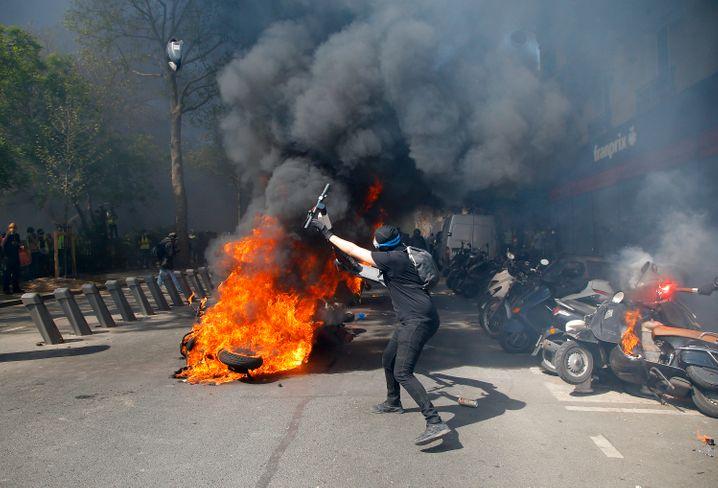"""E-Roller als behelfsmäßige Waffe bei den Protesten der """"Gelbwesten"""""""