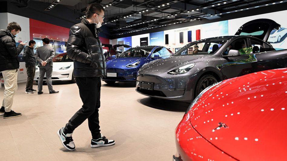 Begehrte Blicke: Während hierzulande die Autohäuser noch geschlossen sind, wird in China schon wieder kräftig gekauft