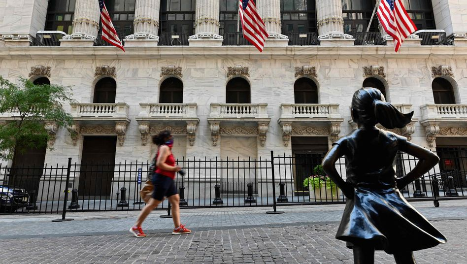 Passantin vor New York Stock Exchange