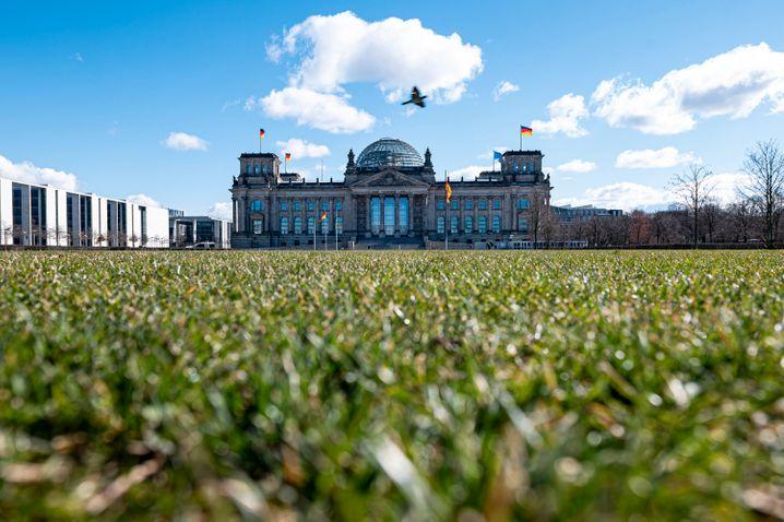 Menschenleer: Wiese vor dem Reichstagsgebäude in Berlin.