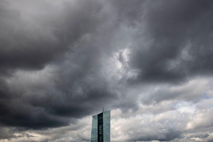 Wolken über dem EZB-Tower: Ein Mitarbeiter der Zentralbank ist an dem Corona-Virus infiziert. 100 Kollegen wurden in die häusliche Quarantäne geschickt.