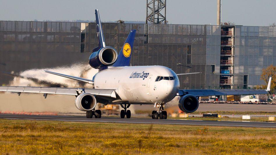 Cargo-Maschine am Frankfurter Flughafen: Die Corona-Pandemie belastet den Flughafenbetreiber Fraport weiter stark