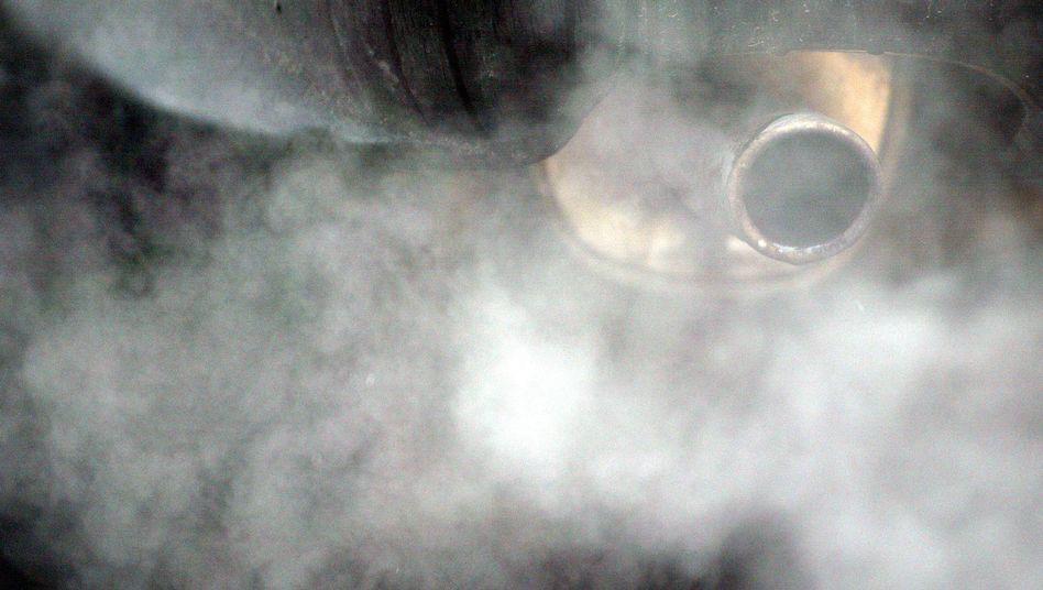 Abgas-Höchstgrenzen: Die Höchstmenge an CO2 soll bis 2015 schrittweise auf 120 Gramm pro Kilometer sinken. Ab 2020 soll für Neuwagen im Schnitt eine Höchstgrenze von 95 Gramm gelten