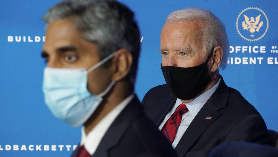 100 Tage Maske tragen: Der designierte US-Präsident Joe Biden (r.) mit VivekMurthy, oberstem Arzt der USA, am Dienstag bei der Pressekonferenz in Wilmington