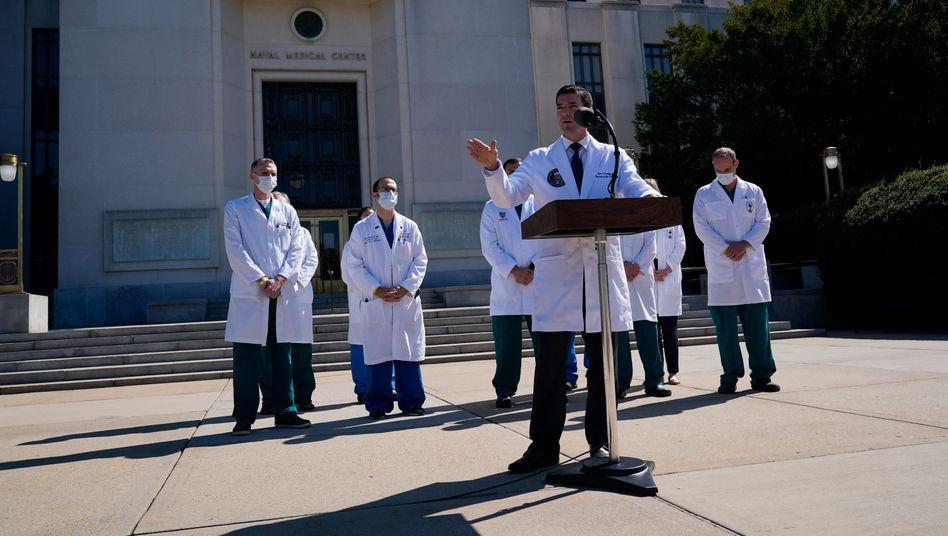 Trumps Leibarzt Sean Conley spricht am Samstag vor dem Walter-Reed-Militärkrankenhaus in Bethesda (US-Staat Maryland)