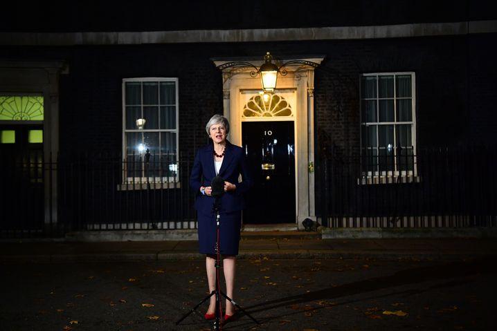 Theresa May: Am Vorabend verkündete die Regierungschefin noch die Zustimmung des Kabinetts. Nun droht ihre Regierung zu zerfallen. Ob das Abkommen eine Mehrheit im Parlament bekommt, ist höchst ungewiss