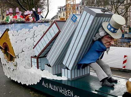 Eine Herkulesarbeit: Uncle Sam - im Bild in Pappe und auf einem Karnevalswagen -stemmt sich gegen die wirtschaftliche Krise