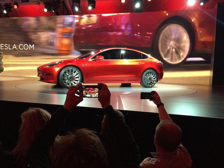 Der wäre doch ein prima Smalltalk-Thema: Der neue Tesla. Wird er die Autowelt revolutionieren? Wie werden wir übermorgen unterwegs sein? Und ist Rot wirklich die schönste Farbe für Autos?