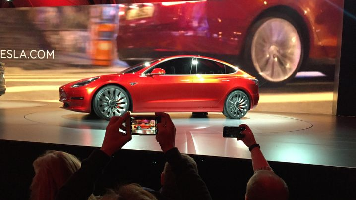 Elon Musks iPhone-Moment: Sechs Gründe, warum Teslas Model 3 die Autowelt ins Wanken bringt