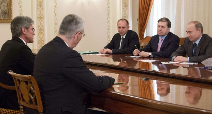 """Siemens-Chef Kaeser (li) bei Russlands Präsident Putin (re): Siemens setzt weiter auf langfristige Zusammenarbeit, Putin will """"günstige Voraussetzungen"""" schaffen"""