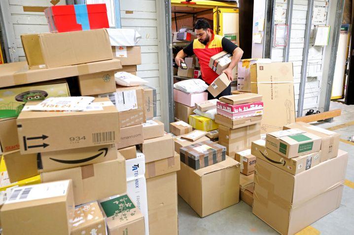 Paketgeschäft wie in der Vorweihnachtszeit: In der Coronavirus-Krise kaufen die Menschen wegen des Shutdown und geschlossener Läden offenbar noch mehr im Internet ein und lassen sich die Ware dann zuschicken. Die Deutsche Post profitiert davon.