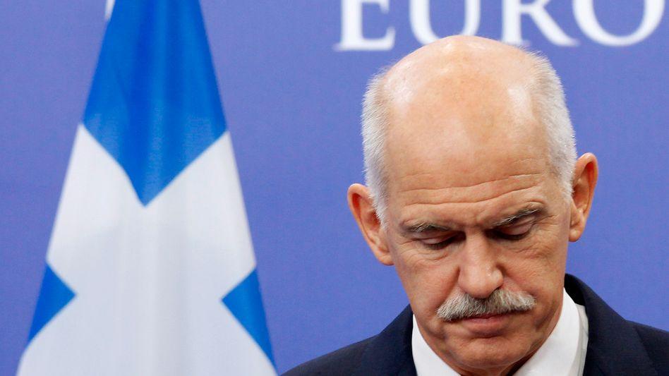 Hoch gepokert: Griechenlands Premier Papandreou hat mit den Referendumgsplänen seine politische Zukunft riskiert - und den Rückhalt in seiner Partei verloren