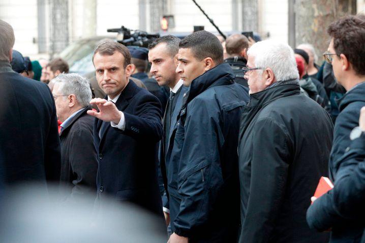 Frankreichs Präsident Macron verschafft sich einen Tag nach den gewalttätigen Ausschreitungen der Gelbwesten in Paris ein Bild dem Ausmaß der Zerstörungen