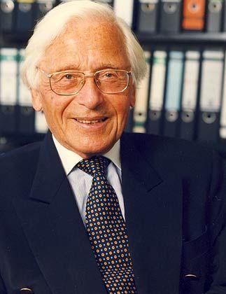 Marcus Lutter (78) ist eine Kapazität auf dem Gebiet des Gesellschaftsrechts, das er durch seine Veröffentlichungen mitgeprägt hat. Der emeritierte Professor der Universität Bonn ist Mitglied der Kommission Deutscher Corporate Governance Kodex und ist Sprecher des Zentrums für Europäisches Wirtschaftsrecht.