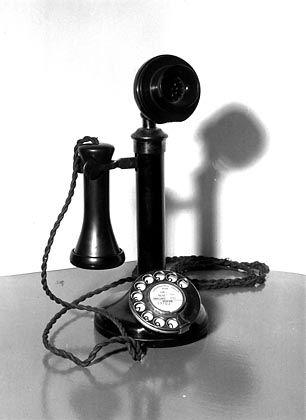 Wackelige Verbindung: Nicht nur in der Telekommunikation kann die sprichwörtliche lange Leitung Probleme verursachen. An den Finanzmärkten erschwert sie die Ursachenforschung.