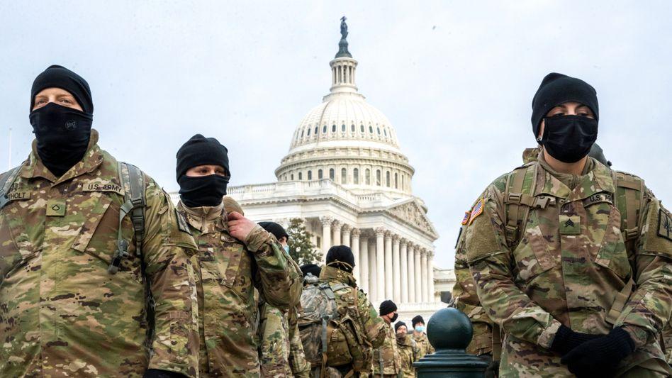 Staatskrise: Mitglieder der New Yorker Nationalgarde bewachen das Kongressgebäude Kapitol in Washington am Montag