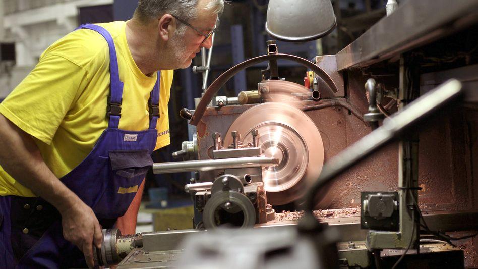 Maschinenbauer am Werk: Die Stimmung in der Wirtschaft verschlechtert sich europaweit