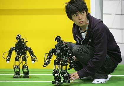 Einen Schritt voraus: Japaner und Südkoreaner entwickeln einst im Westen erdachte Innovationen ungebremst weiter; im Bild: Japanisches Robocup-Team 2006.